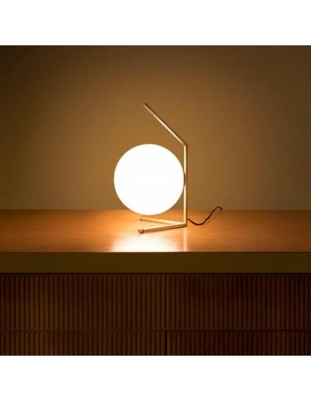 Lampe à poser IC T1 LOW laiton brossé de flos Valente Design Michael Anastassiades sur meuble