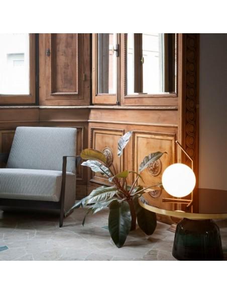 Lampe à poser IC T1 LOW laiton brossé de flos Valente Design Michael Anastassiades sur table basse