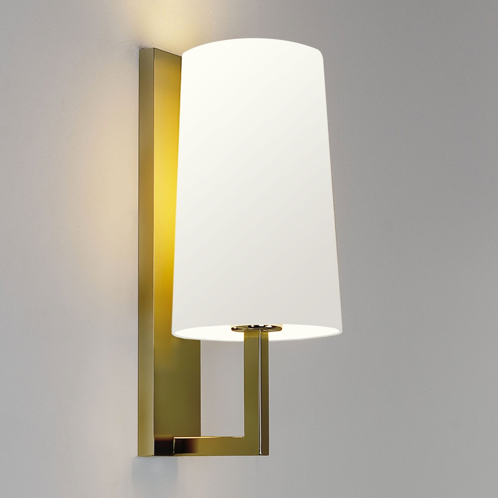 Applique murale riva 350 allumée or mat et abat jour blanc Astro Lighting - Valente Design