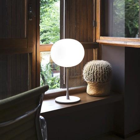 Lampe de table Glo-Ball T1 argent de Flos Valente Design Jasper Morrison mise en scène