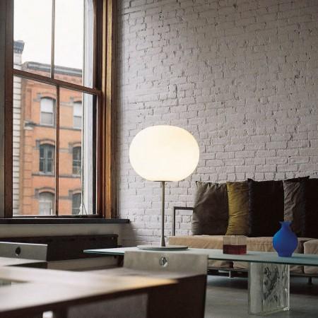 Lampe de table Glo-Ball T1 argent de Flos Valente Design Jasper Morrison sur table