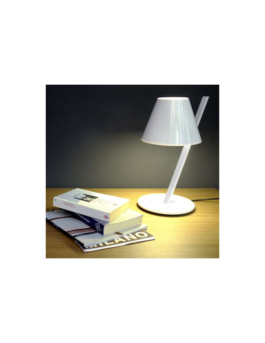 artemide lampe de table la petite blanche artemide. Black Bedroom Furniture Sets. Home Design Ideas