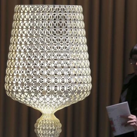 Lampadaire KABUKI  noir mise en scène  pour la marque Kartell Valente Design
