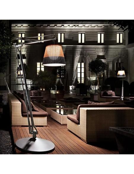 Lampadaire Superarchimoon et son abat-jour bicolore en PVC pour extérieur de Philippe Starck pour flos chez Valente Design