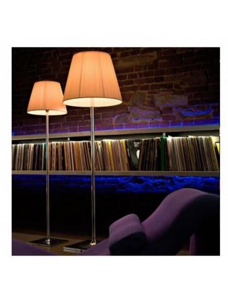 Restaurant avec lampadaire Ktribe F2 abat-jour en tissu - designer Philippe Starck - marque FLOS - Valente Design