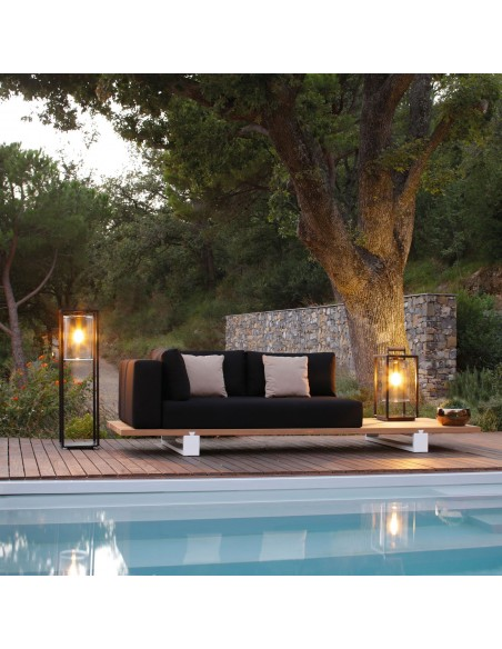 Lampadaire Dome Move noir transparent de la marque Royal Botania mise en situation piscine.