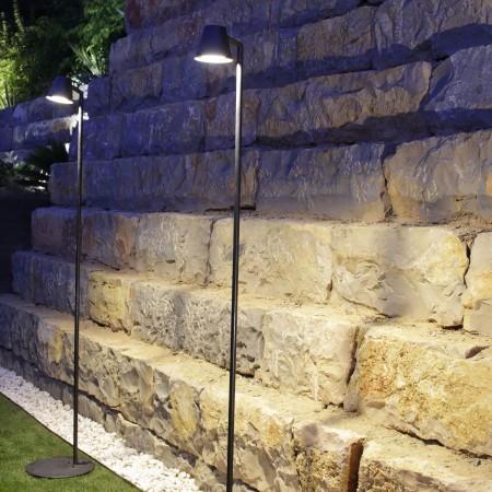 Éclairage en extérieur avec le lampadaire Parker de la marque Royal Botania en vente chez Valente Design