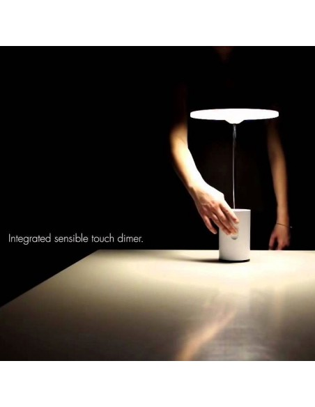 lampe bureau articulée mise en scène éclairage  Artemide
