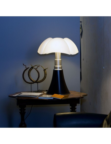 Lampe de table Pipistrello marron foncé Martinelli Luce Valente Design Gae Aulenti dans salon