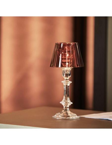 Lampe à poser Harcourt Our Fire Bougeoir rouge sur une table de Philippe Starck pour la marque Baccarat - Valente Design