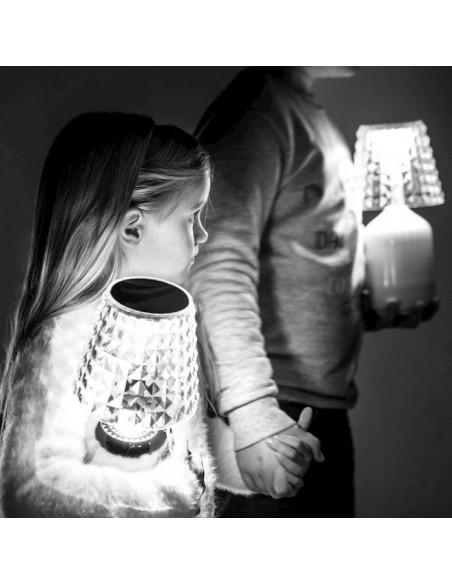 Lampe à poser Valentina mise en scène avec enfant de Studio Italia Design