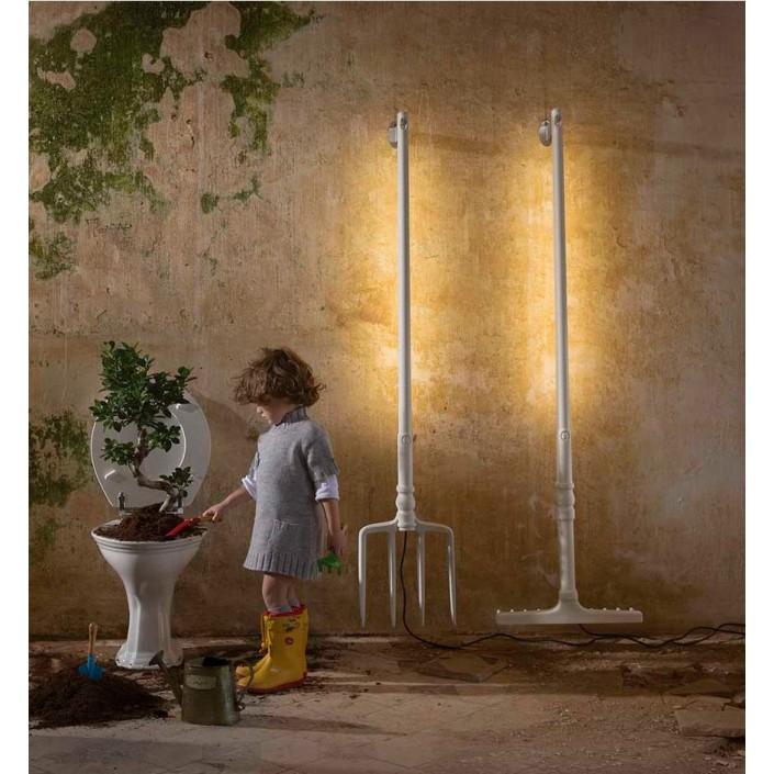 Lampadaire fourche et râteau coloris blanc Tobia mise en scène avec enfant de chez Karman.