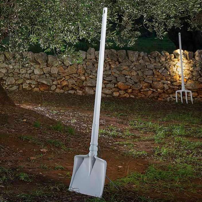 Support piédestal pour lampadaire Tobia mise en ambiance extérieure de chez Karman.