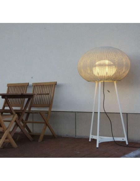 Vue d'ensemble lampadaire blanc Garota P 01 version allumée BOVER chez Valente Design