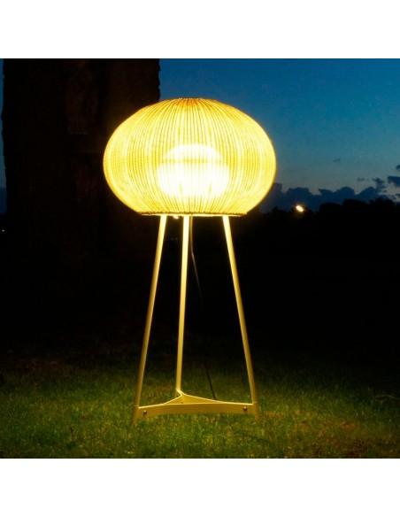 Lampadaire d'extérieur blanc Garota P 01 éclairé BOVER chez Valente Design