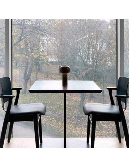 Vue posée sur une table lampe de table BELLHOP marron foncé  de FLOS