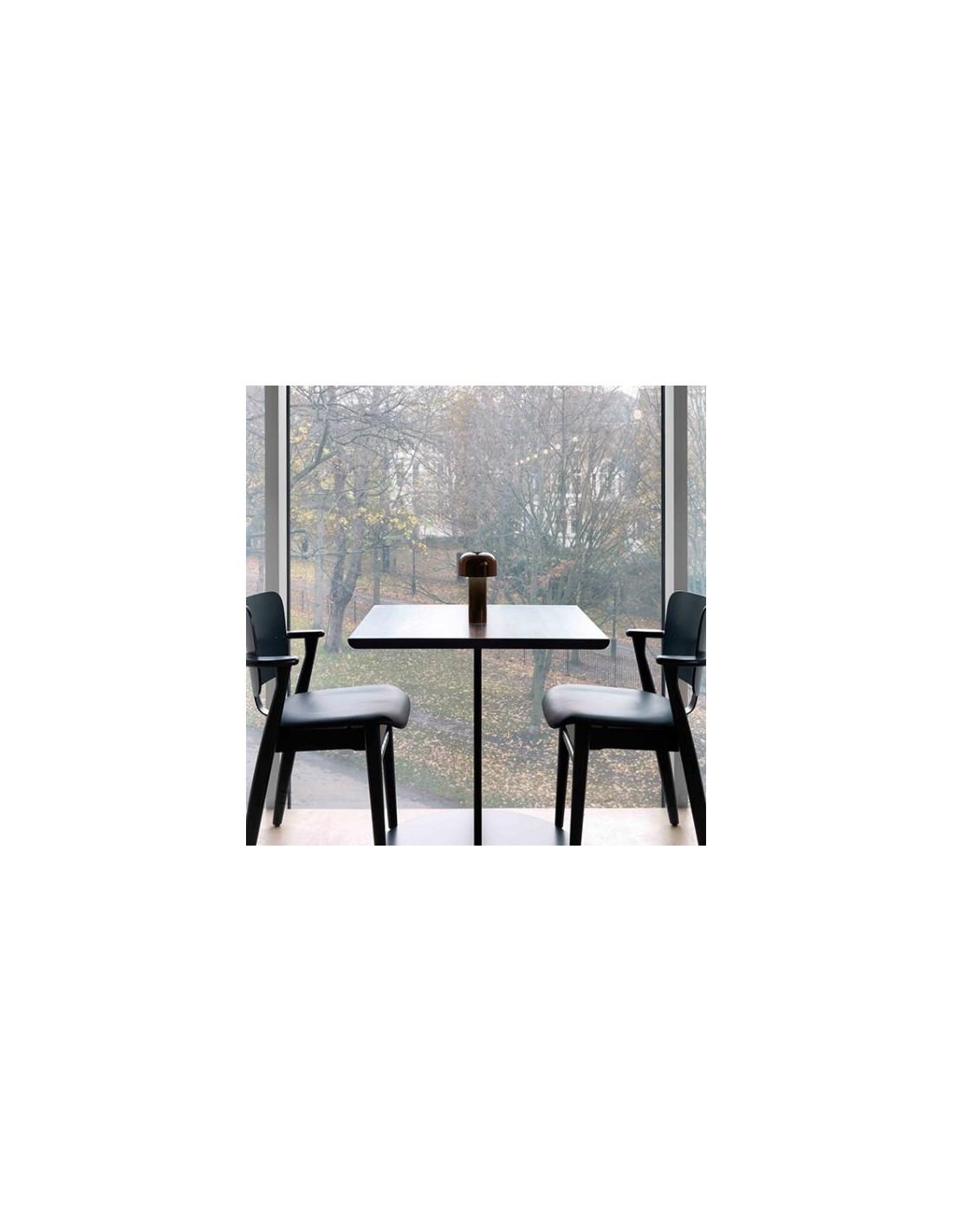 vue pos e sur une table lampe de table bellhop marron. Black Bedroom Furniture Sets. Home Design Ideas