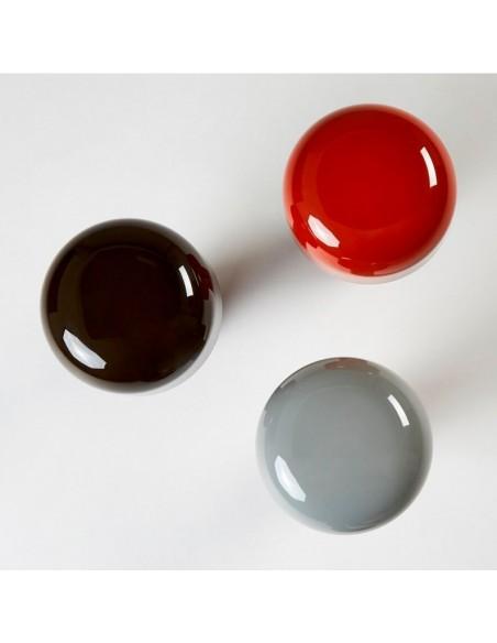 Vue de haut des 3 couleurs de lampe de table BELLHOP gris, rouge, noir de FLOS