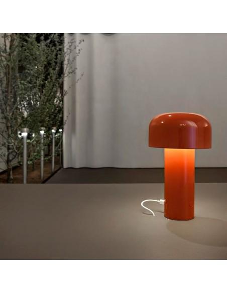Mise en scène lampe de table BELLHOP rouge de FLOS