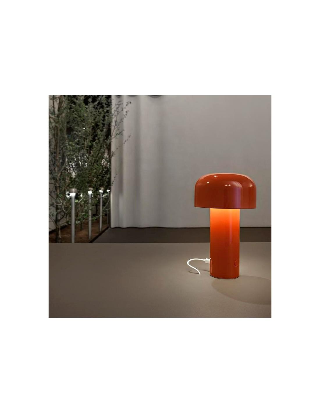 mise en sc ne lampe de table bellhop rouge de flos. Black Bedroom Furniture Sets. Home Design Ideas