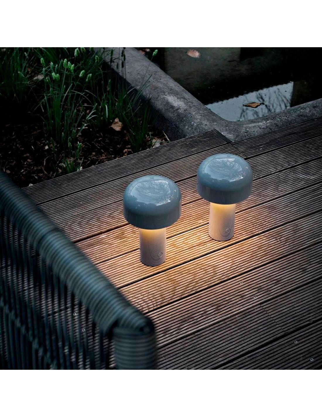 mise en scène lampe de table BELLHOP gris de FLOS