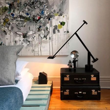 Lampe de table Tizio noir  35 mise en scène chambre Artemide
