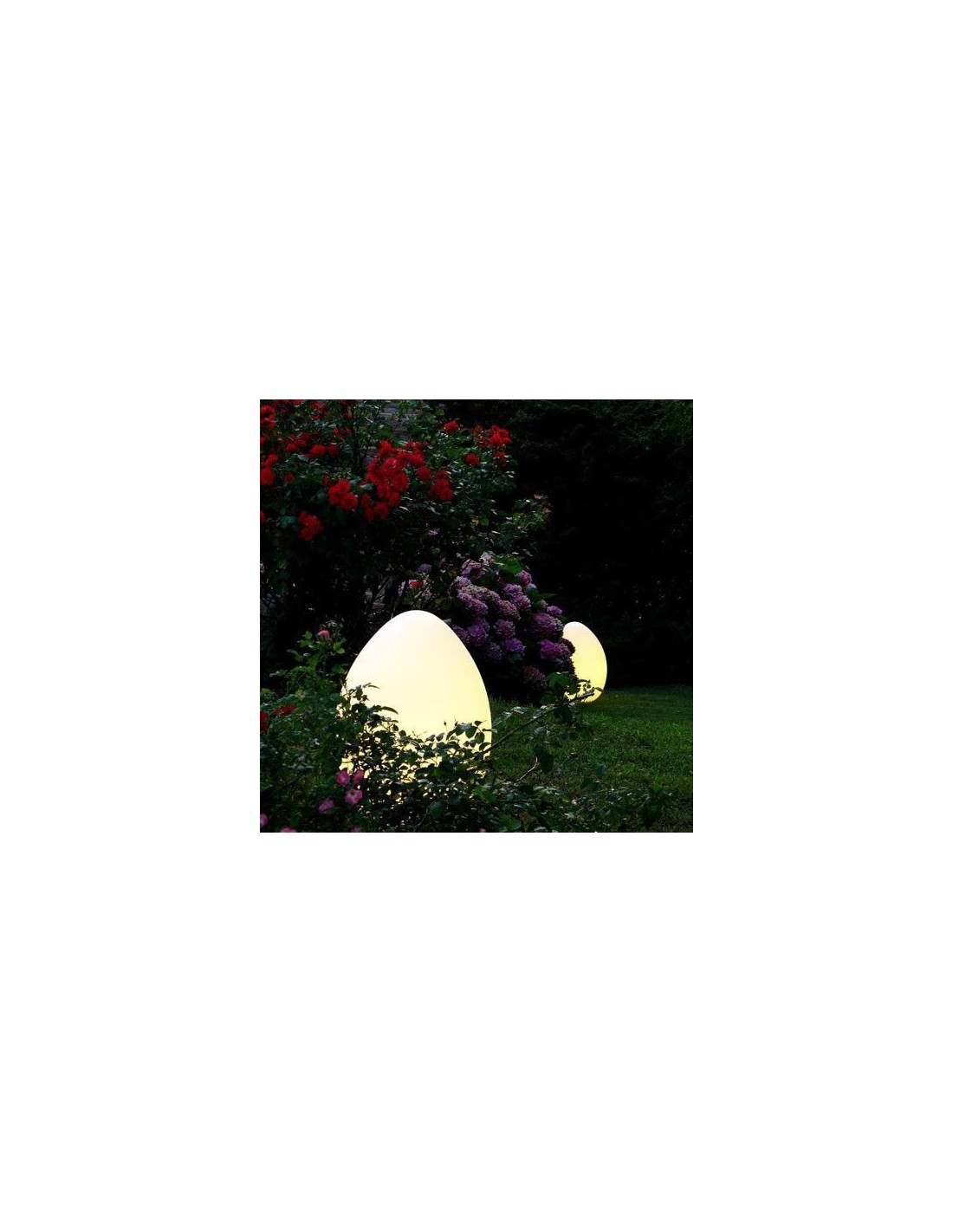Lampe Uovo extérieur fontana arte mise en scène dans un jardin