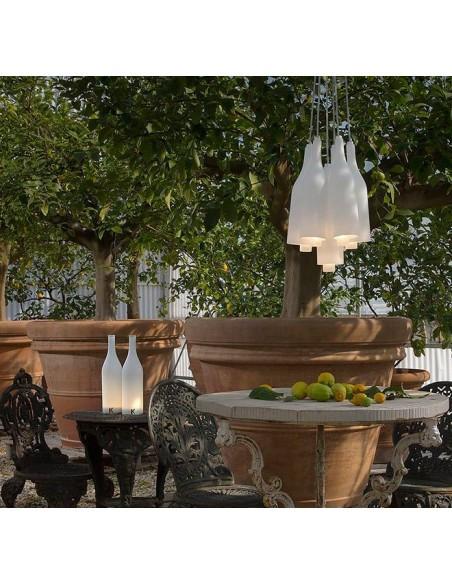 Lampe à poser sans fil Bacco mise en scène extérieure de chez Karman - Valente Design
