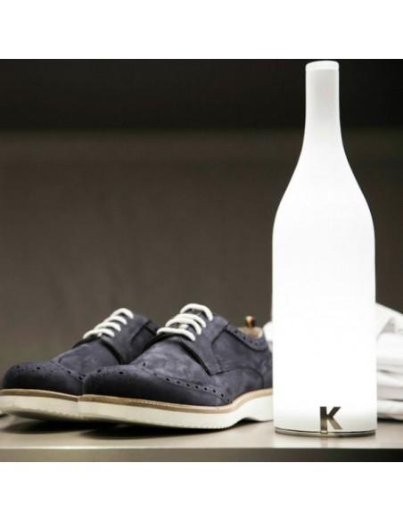 Lampe à poser sans fil Bacco vue avec chaussure de chez Karman - Valente Design