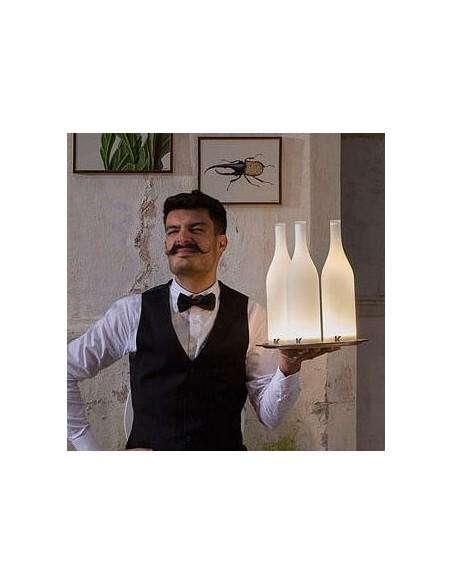 Lampe à poser sans fil Bacco mise en scène avec barman de chez Karman - Valente Design