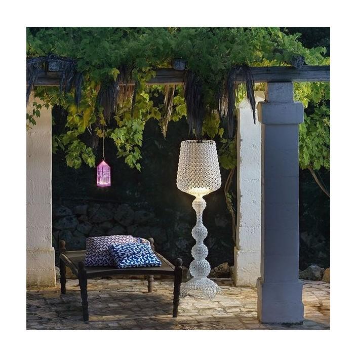 Lampadaire Kabuki Kartell outdoor blanc mise en scéne1 pour la marque Kartell - Valente Design