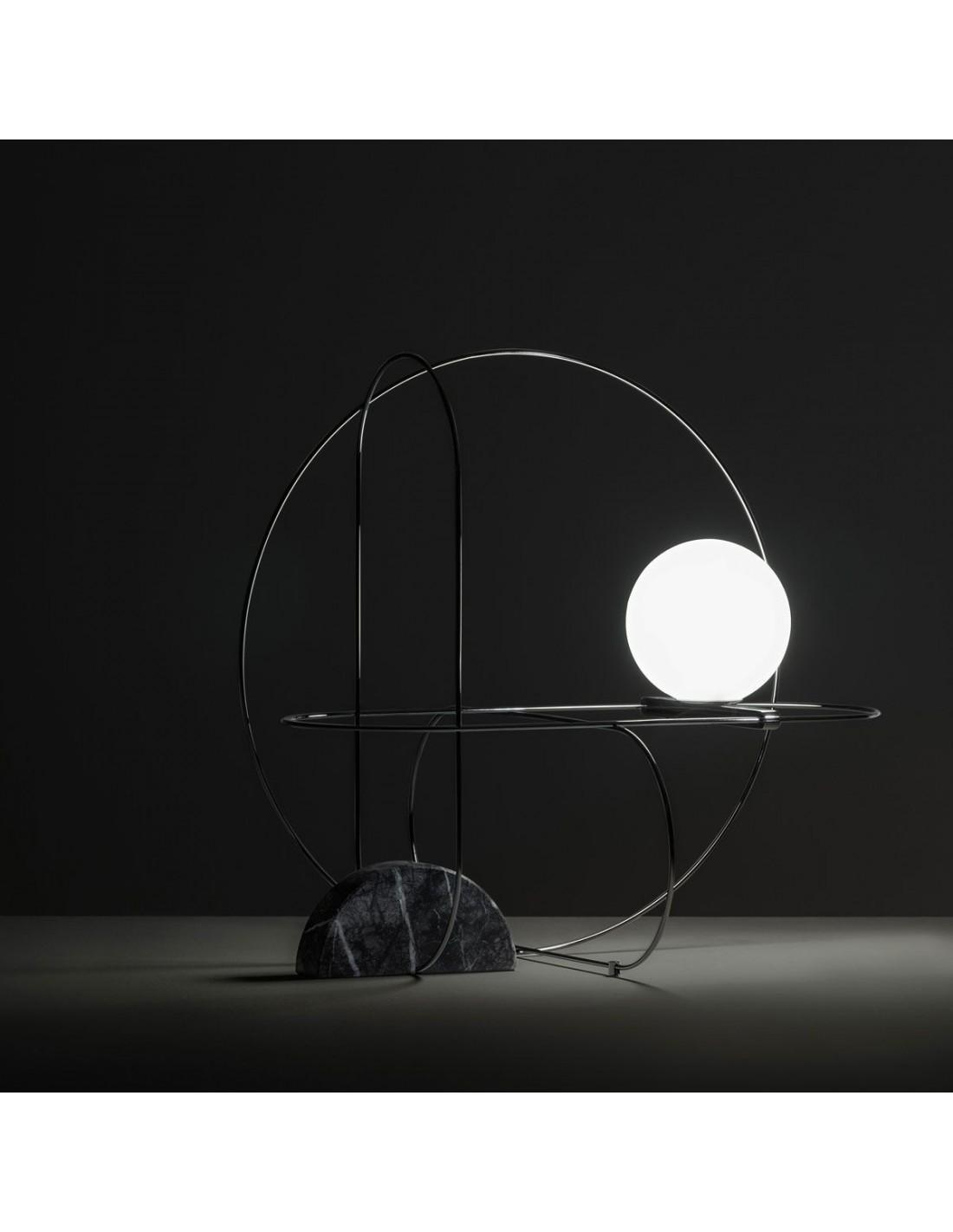 Lampe de table Setareh chrome Fontana Arte mise en scène