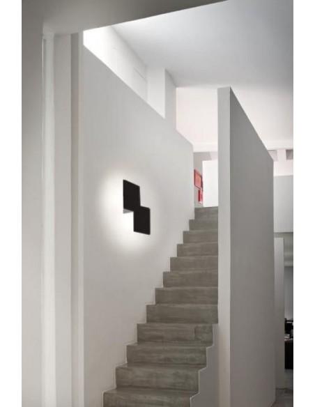 applique double square noir dans escalier - Studio Italia Design - Valente Design