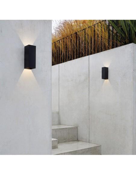 Applique Oslo 255 led noir dans une cours astro lighting Valente design