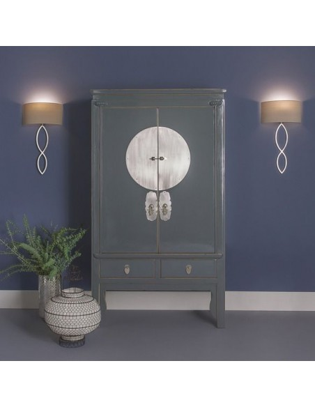 Mise en scène applique Caserta chrome abat-jour gris clair putty éclairée AstroLighting Valente Design