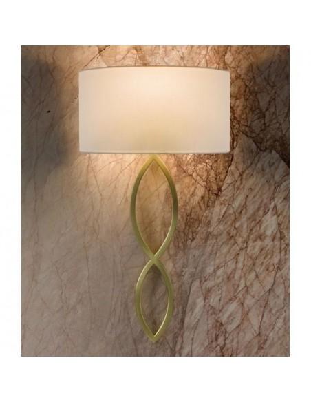 Applique Caserta or mat abat-jour blanc mise en scène éclairée AstroLighting Valente Design
