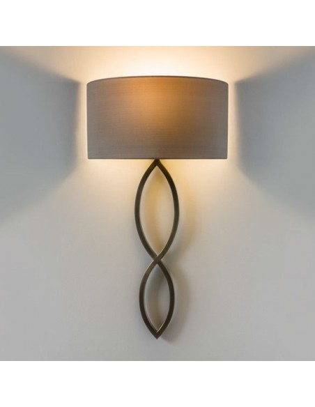Applique Caserta bronze abat-jour oyster vue d'ensemble allumée AstroLighting Valente Design