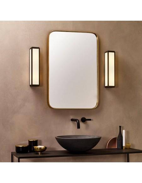 Salle de bain avec applique Mashiko 360 LED bronze Astro Lighting - Valente Design