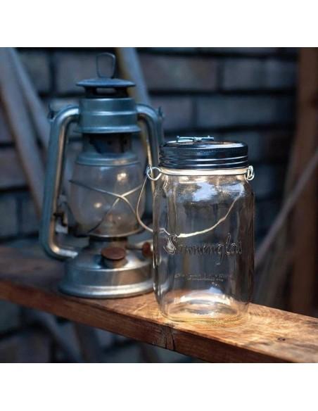 Lampe solaire sans fil SONNENGLAS® Valente Design à côté d'une lanterne