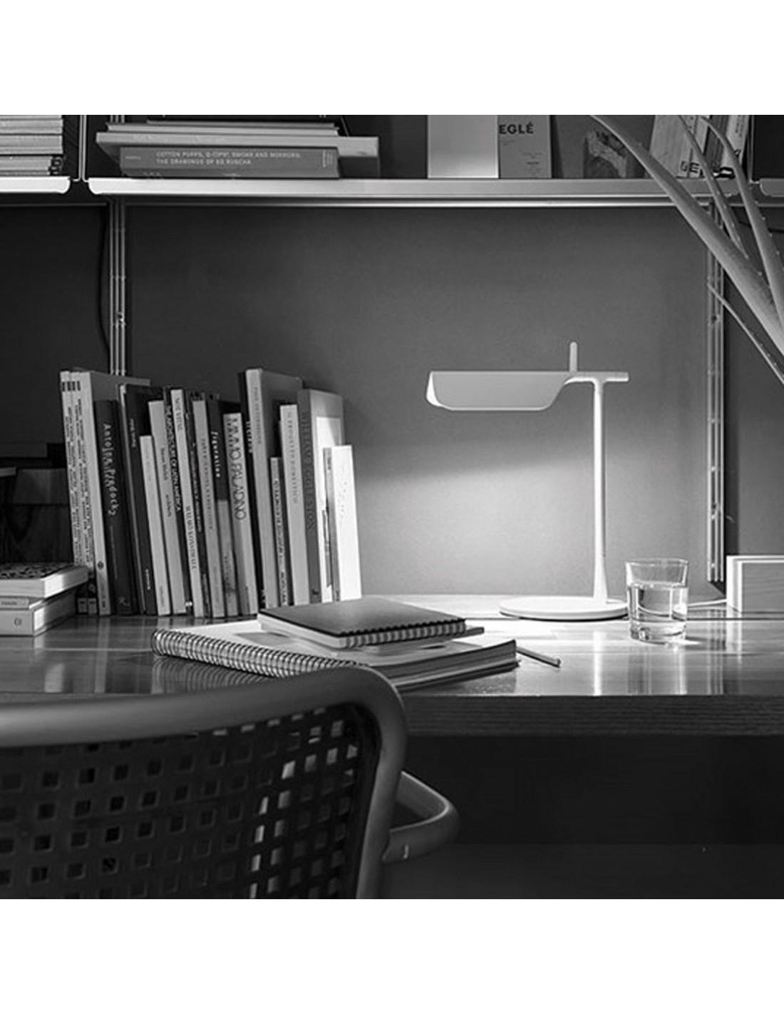 Lampe de table Tab T LED blanche de flos Valente Design Edward Barder et Jay Osgerby sur bureau