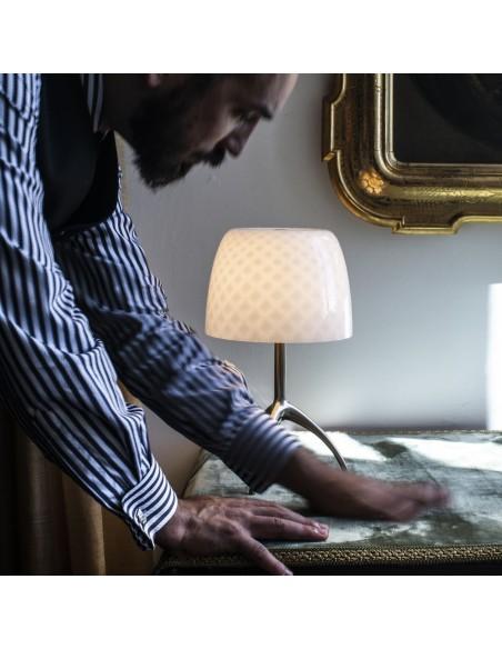 Lampe de table Lumière 30th Foscarini Valente Design dans salon détail