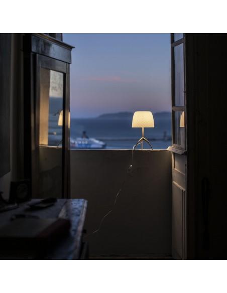 Lampe de table Lumière 30th Foscarini Valente Design à la fenêtre