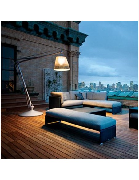 Éclairage extérieur avec lampadaire Superarchimoon bicolore version Panama de flos par Philippe Starck chez Valente Design