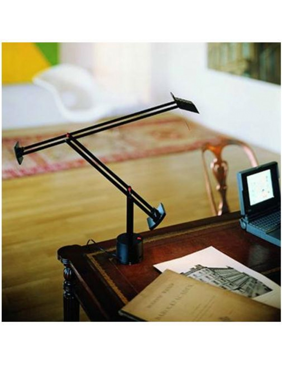 lampe de table artemide tizio noir micro noir mise en situation. Black Bedroom Furniture Sets. Home Design Ideas