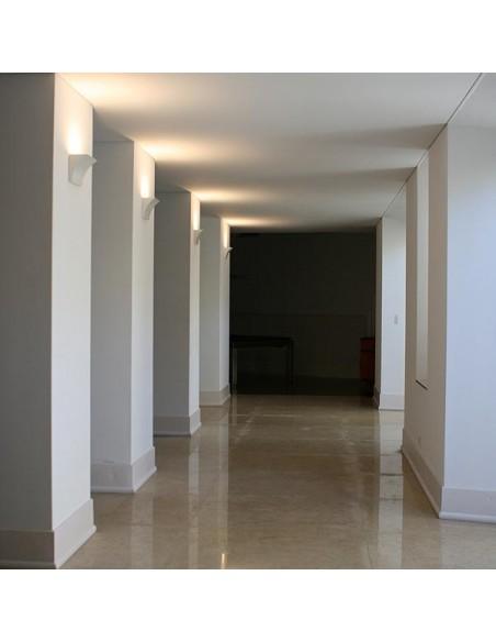 Applique Pochette LED blanc Flos Valente Design dans couloir