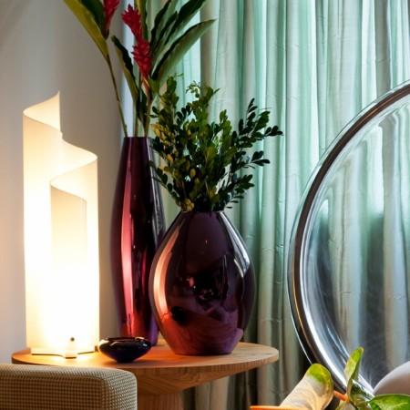 Lampe de table Mezzachimera mise en scène éclairée  Artemide